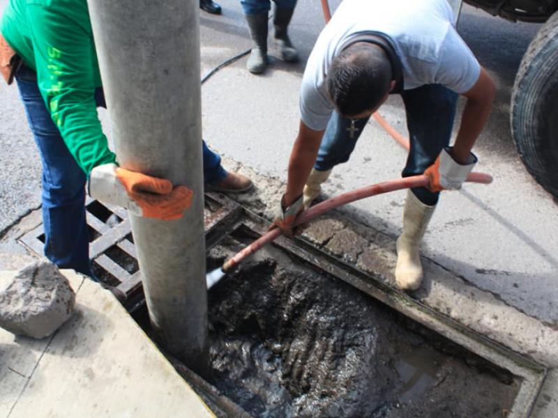 SIAPA sigue desazolvando colonias inundadas