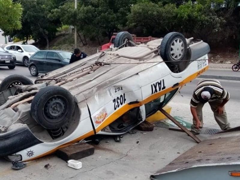 Siete heridos en volcadura de taxi en Tuxtla