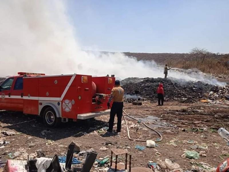 Siguen labores para sofocar incendio en basurero de Tangamandapio