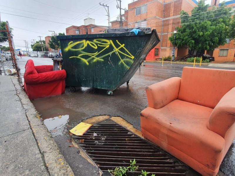 Sillones y sofás abandonados generan contaminación en Agua Santa