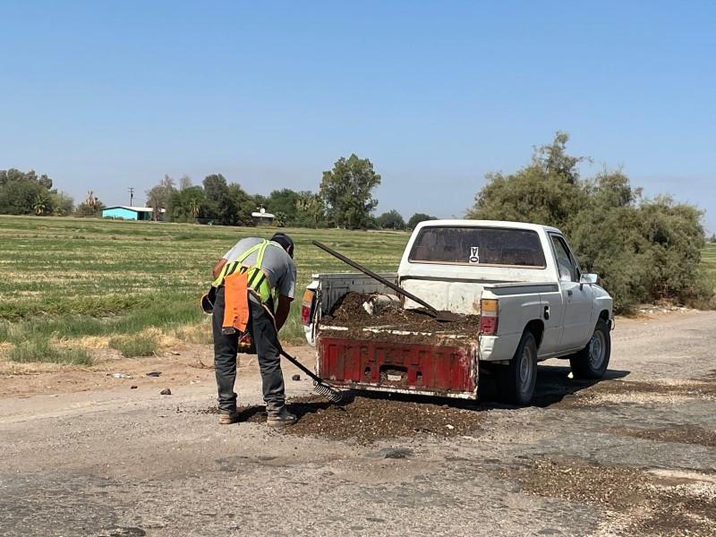 Sin apoyo de autoridades ciudadanos realizan bacheo en sus rutas