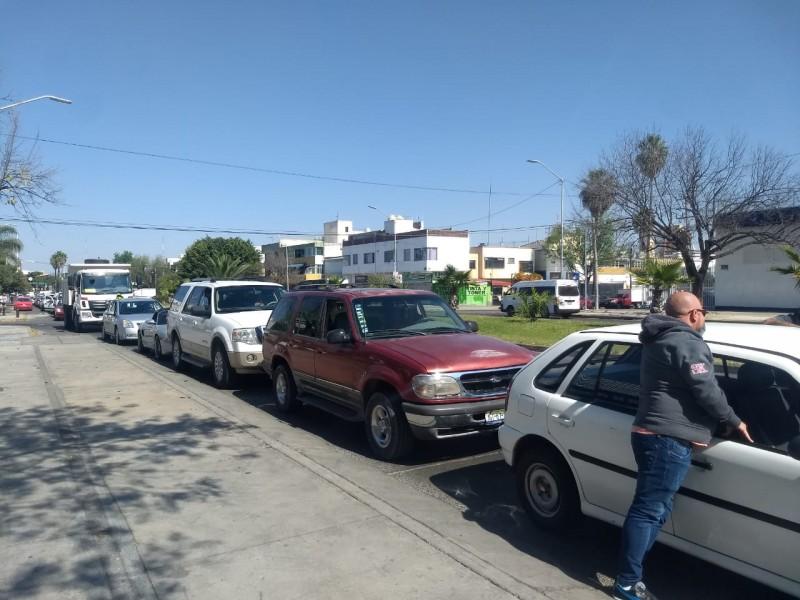 Con tanque vacío y empujones ciudadanos buscan gasolina