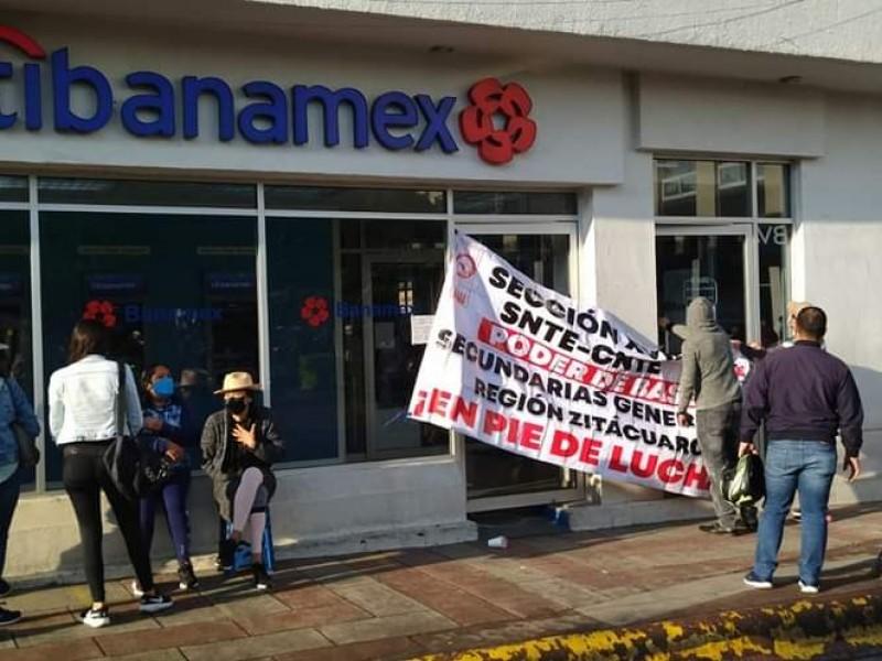 Sin pagos, maestros protestan en bancos de Zitácuaro