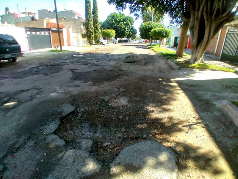Sin pavimentación y baches pronunciados en temporada de lluvia
