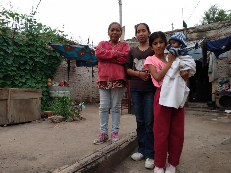 Sin recursos y patrimonio; familia vive en terreno abandonado