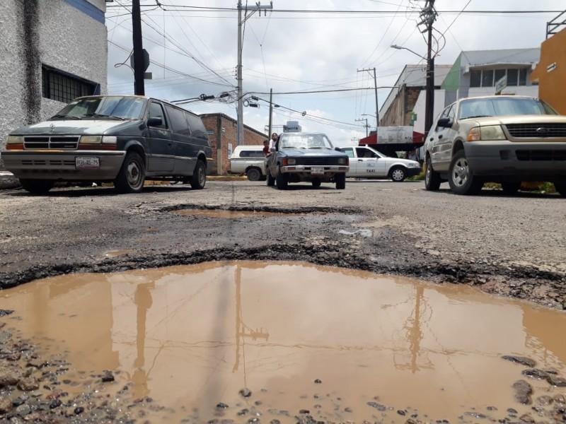 Sin reparar baches de hasta 2 metros; colonia San Juan