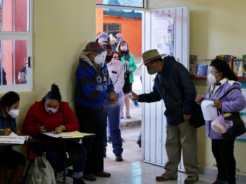 Sin sana distancia y casillas faltantes avanza elección en Hidalgo