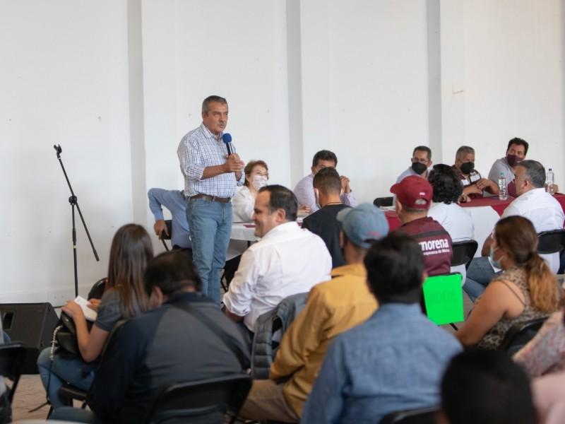 Sin ser candidato, Raúl Morón recorre municipios de Michoacán