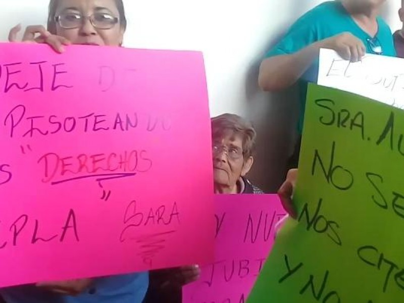 Sindicalizados se manifiestan en Palacio Municipal