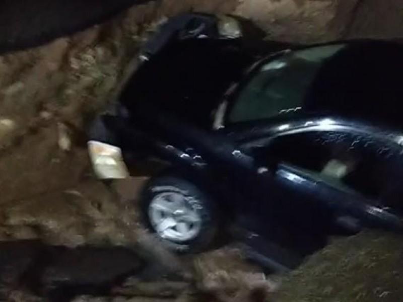 Socavón se traga camioneta en Ciudad Obregón