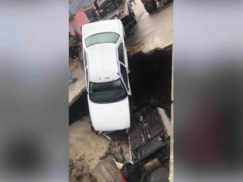Enorme socavón se traga dos autos en Ecatepec