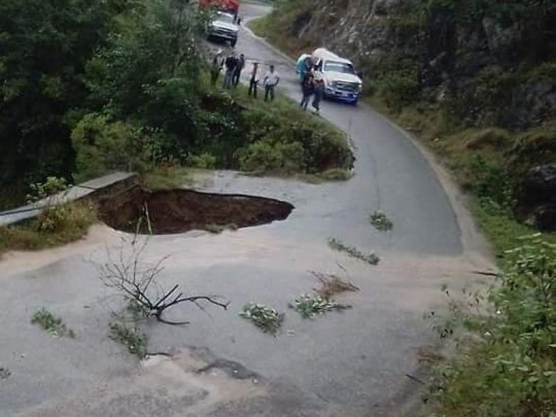 Socavones dejan lluvias en carretera de Zacapoaxtla
