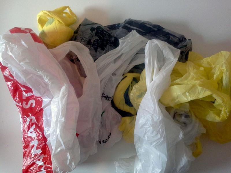 Socializan iniciativa que prohíbe uso de bolsas plástico