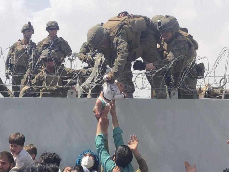 Soldados estadounidenses rescatan en aeropuerto a un centenar de afganos