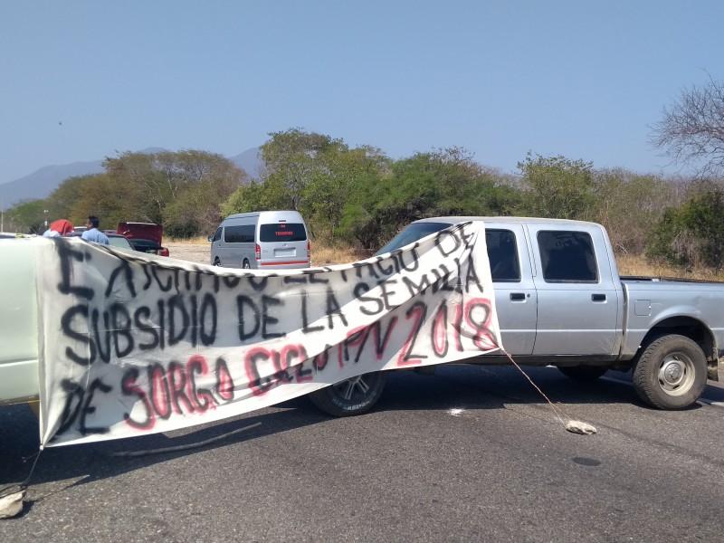 Sorgueros bloquean la carretera Oaxaca-Istmo