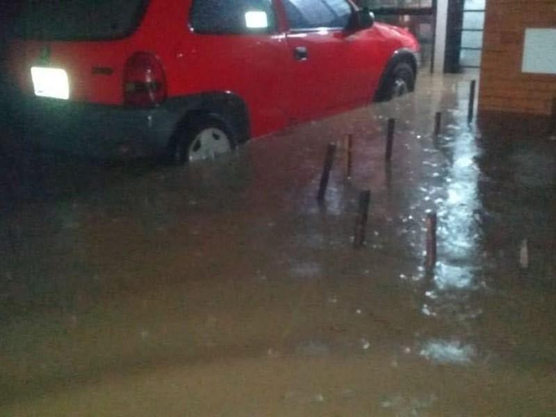 Sufren inundaciones vecinos de fraccionamientos en Amozoc