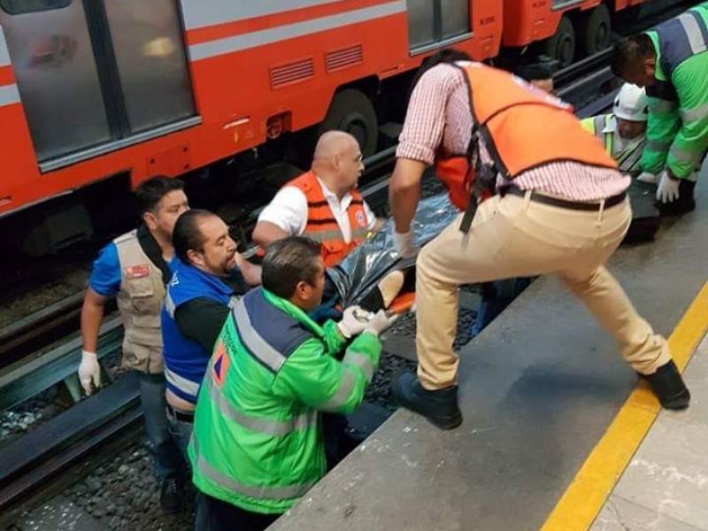 Sujeto mata a policía; lo avienta al Metro