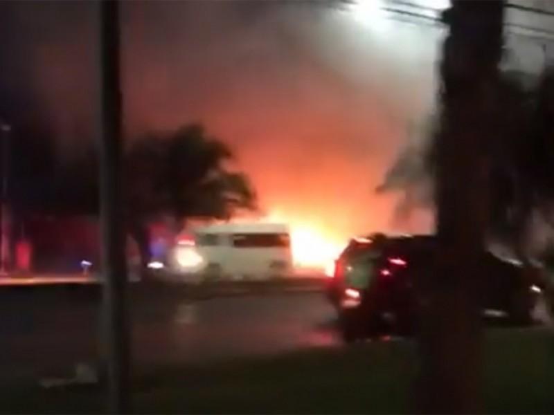 Sujetos armados incendian lote de autos en Cancún