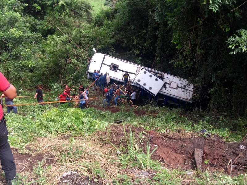 Suman ocho muertos por volcadura de camión