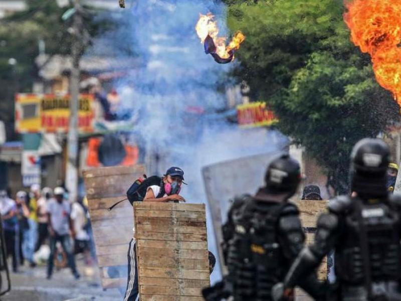 Suman 16 manifestantes fallecidos por represión policiaca en Colombia