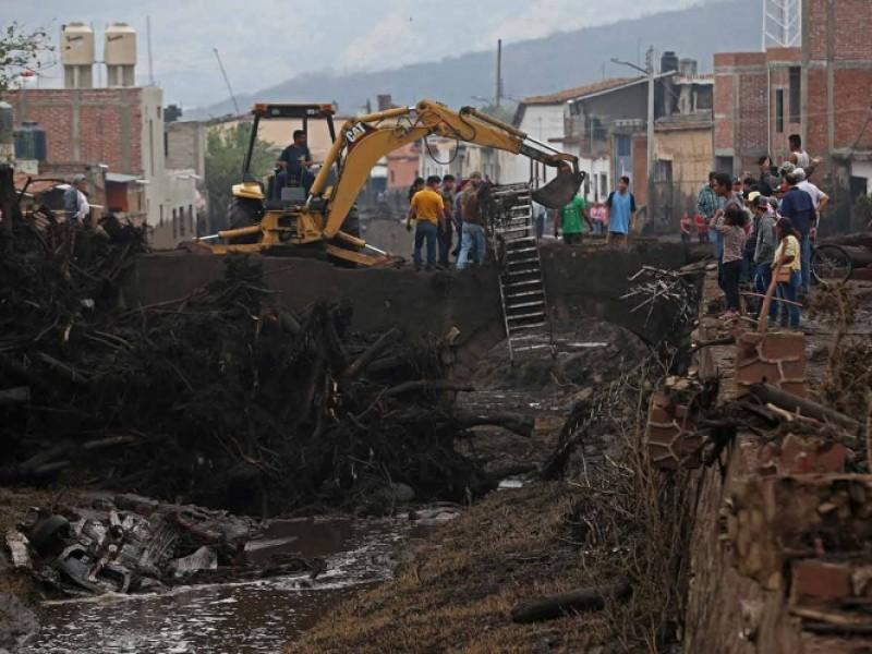 Suman 4 muertos por desbordamiento de río
