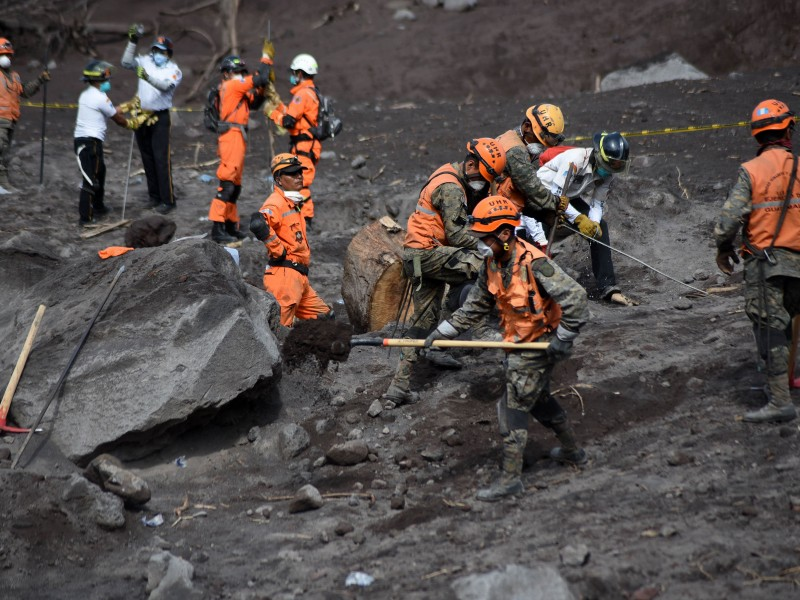 Suman 99 muertos por Volcán de Fuego