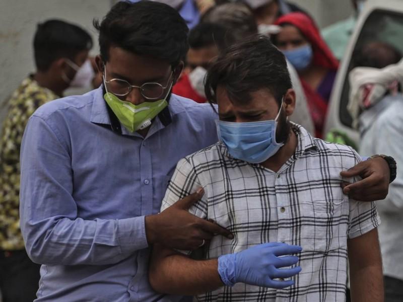 Desesperación y dolor en la India; Nuevo récord de muertes