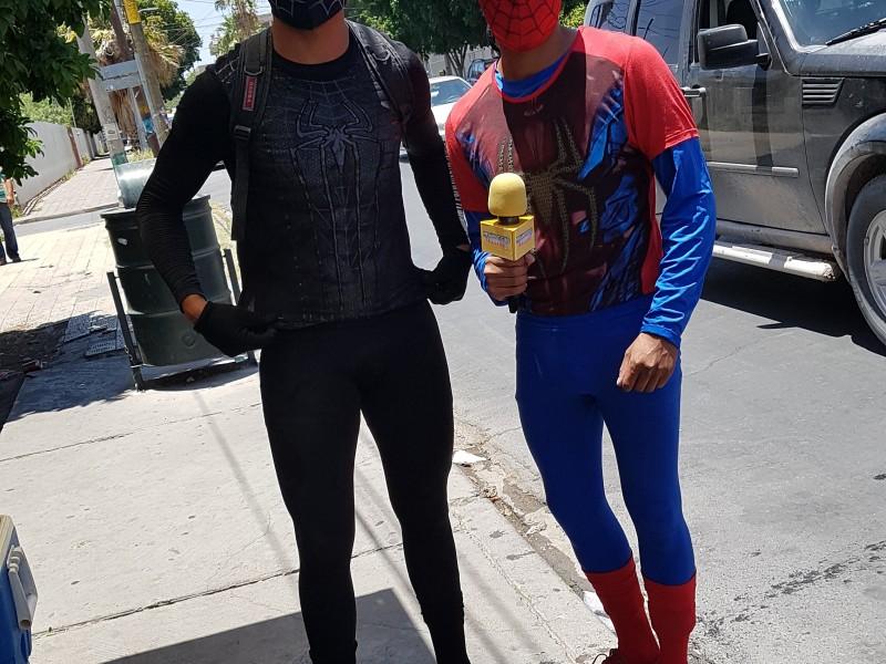 Superhéroes limpian parabrisas en el centro de Torreón