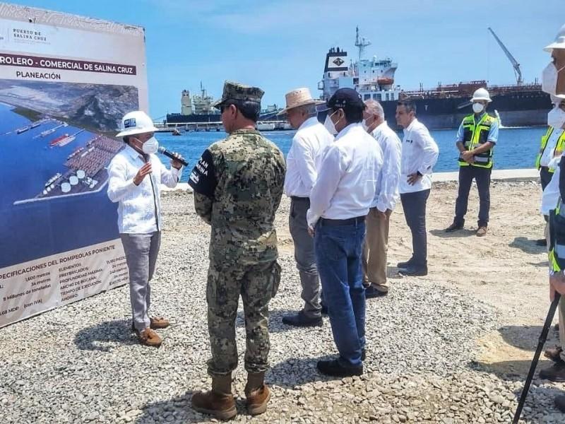 Supervisa López Obrador las obras del rompeolas en Salina Cruz