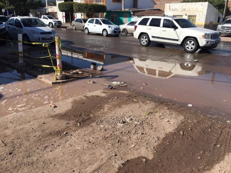 Surge fuga de agua en calle Belisario Domínguez