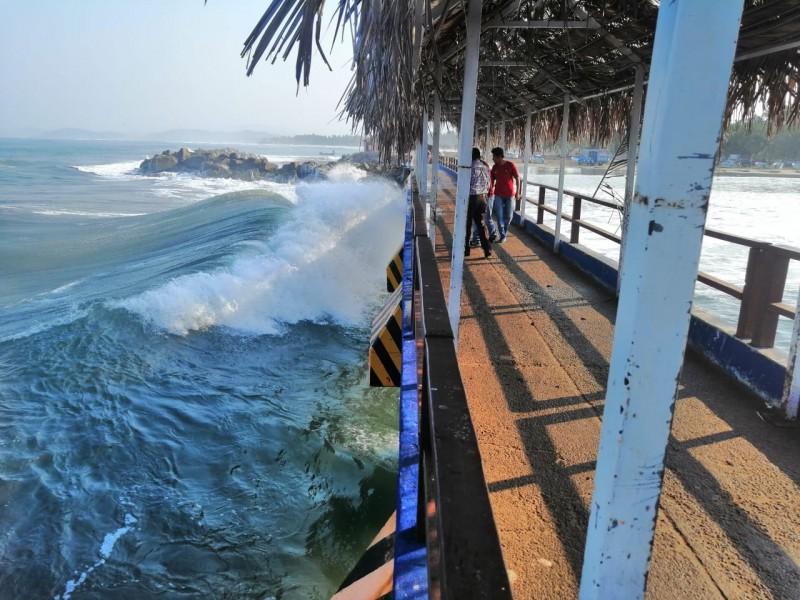 Suspenden actividades marítimas por alto oleaje en Zihuatanejo