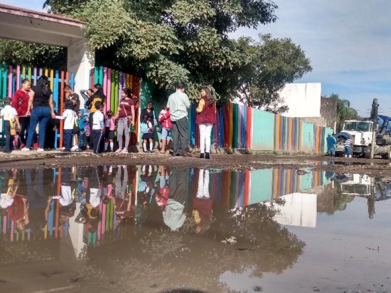Suspenden clases en preescolar por fuga de aguas negras