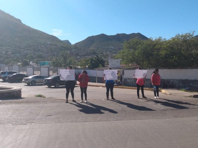 Suspenden clases y bloquean por falta de maestros