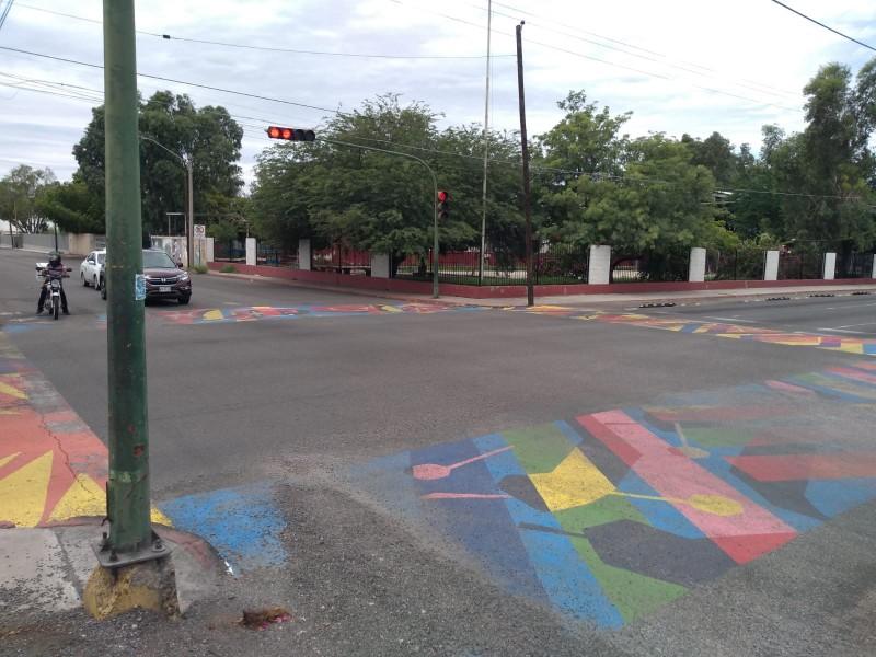 Suspenden pintado de cebras viales de colores por patrocinio