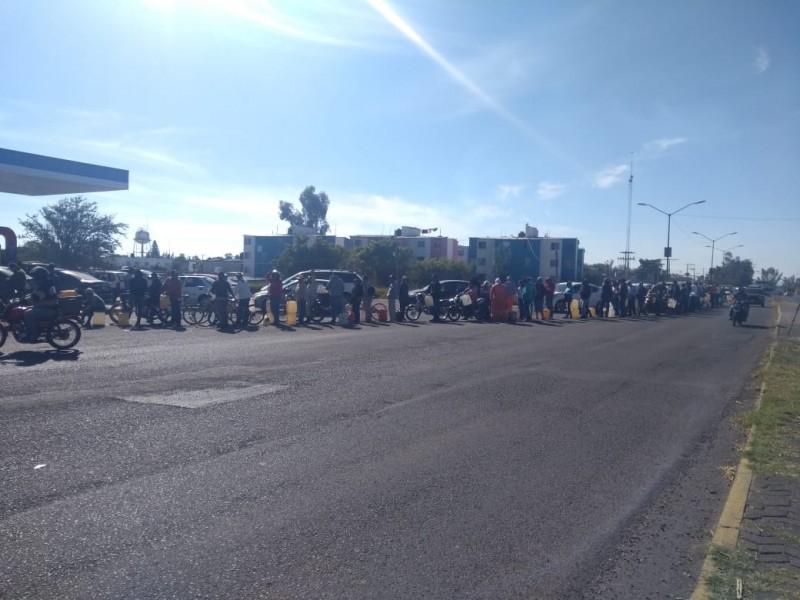 Ciudadanos suspenden actividades para cargar gasolina