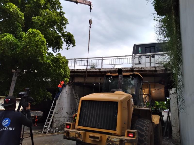Sustituyen viga dañada en el puente Miguel Hidalgo