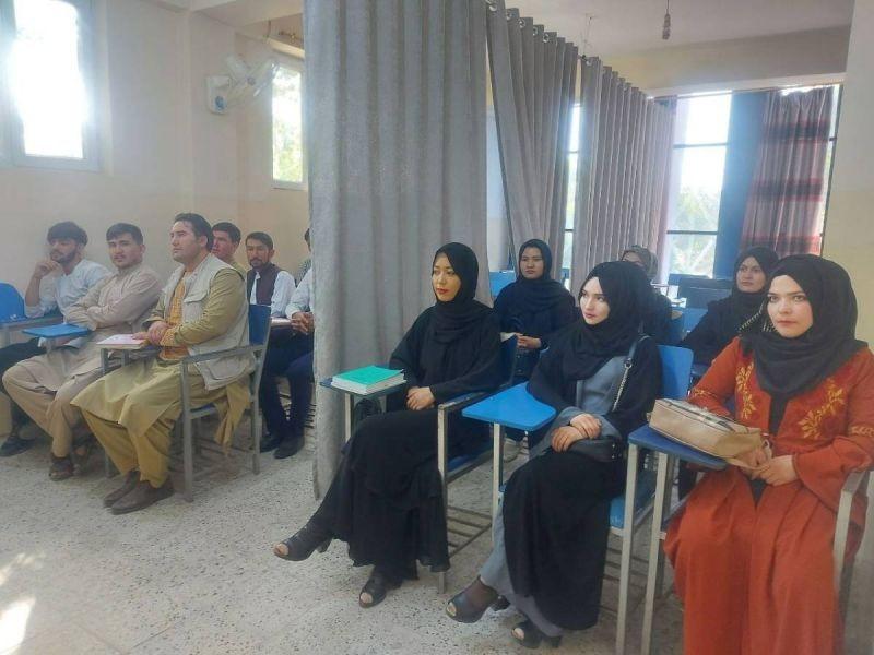 Talibanes afirman que mujeres podrán estudiar pero separadas de hombre