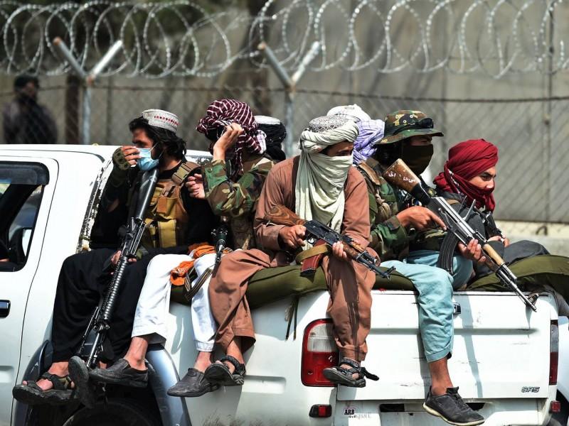 Talibanes celebran su triunfo en el aeropuerto internacional de Kabul