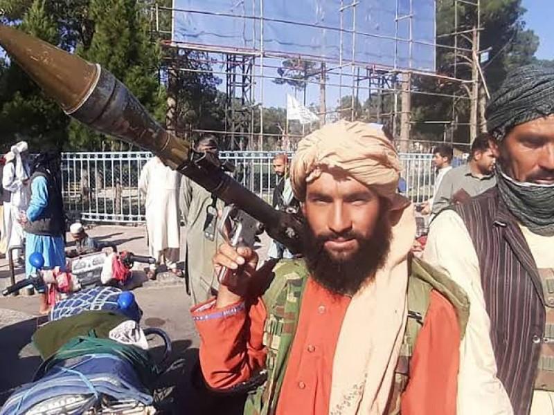 Talibanes irrumpen en Kabul y exigen traspaso pacífico del poder