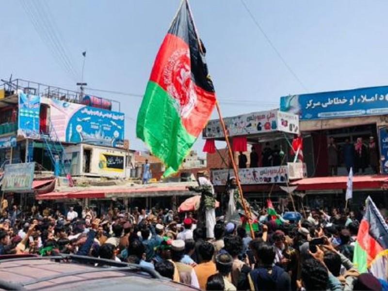 Talibanes reprimen manifestación a favor de la bandera afgana