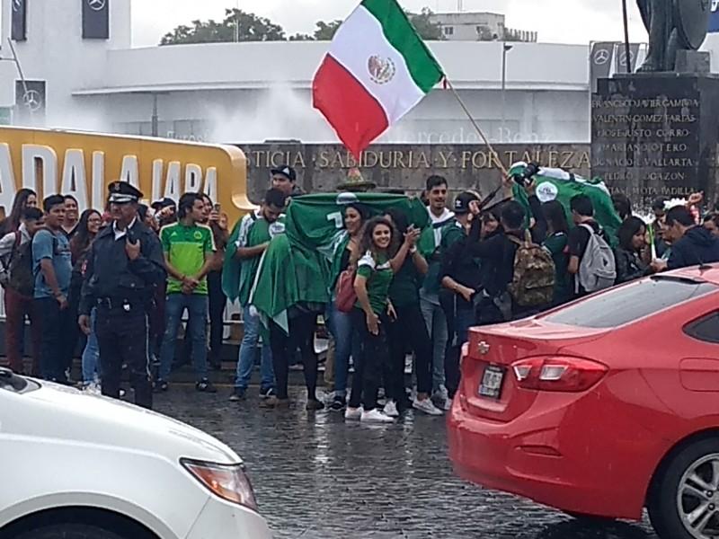 Tapatíos celebran en la Minerva pase a octavos