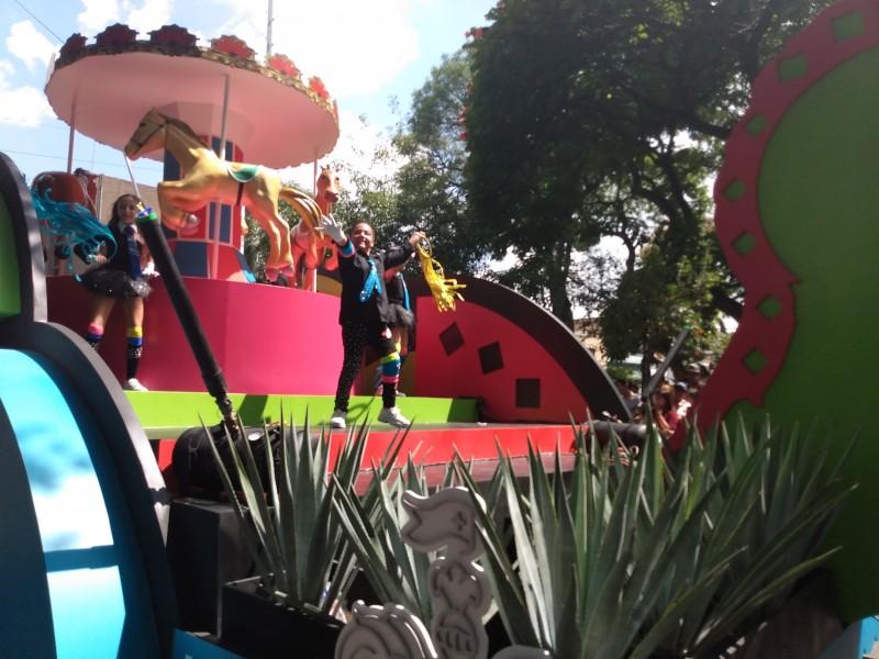 Tapatíos disfrutan desfile Fiestas de Octubre