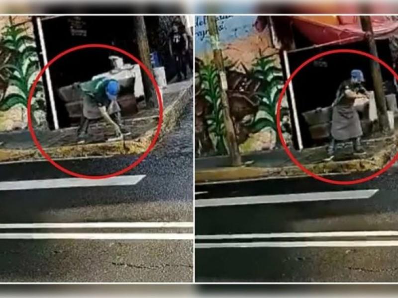 Video ¡Taquero lava trapo de los trastes en un charco!