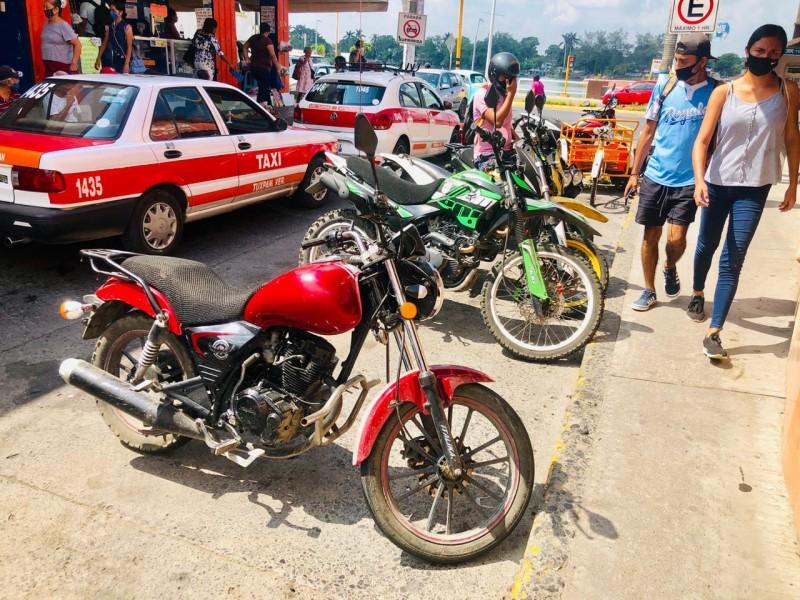 Taxis y motos, dueños de la calle