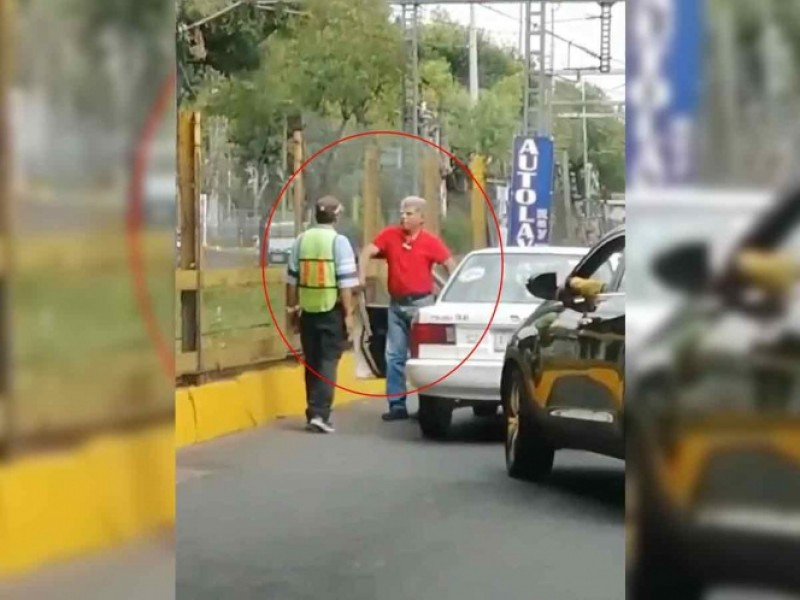 Taxista amenaza a con machete a civil