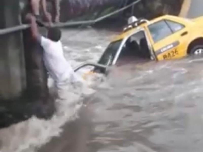 Taxista salva la vida, intentó cruzar camino inundado