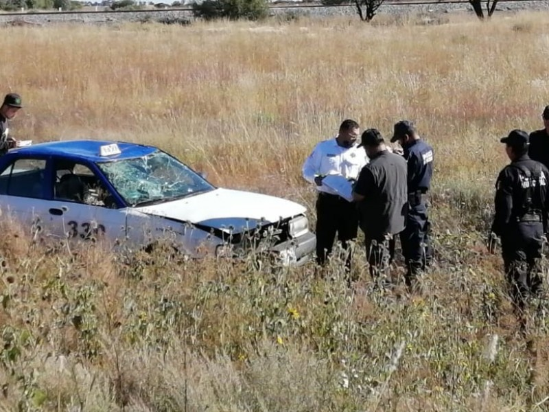 Taxista se accidenta en carretera a Genaro Codina