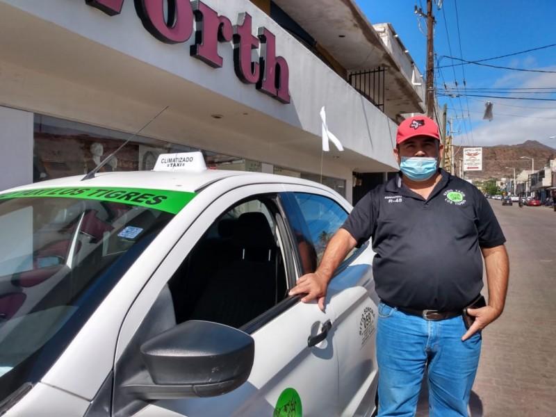 Taxistas circulan con bandera blanca en símbolo de paz