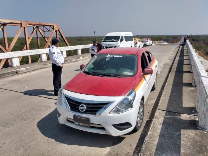 Taxistas de Unión Hidalgo realizan bloqueo carretero