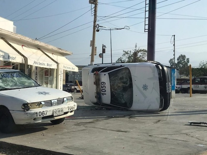 Taxistas originan daños a dos patrullas en Oaxaca